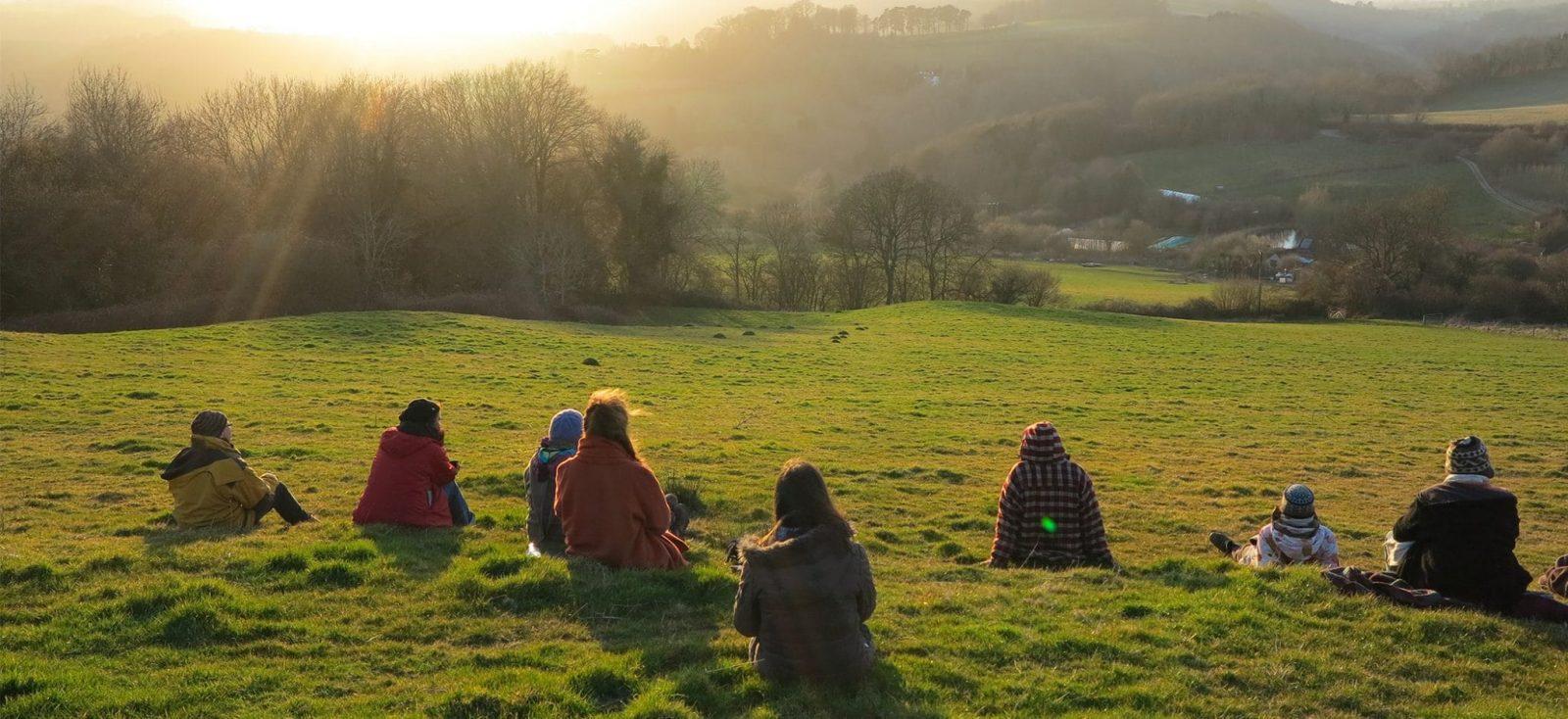 groupe permasens sur colline au lever de soleil